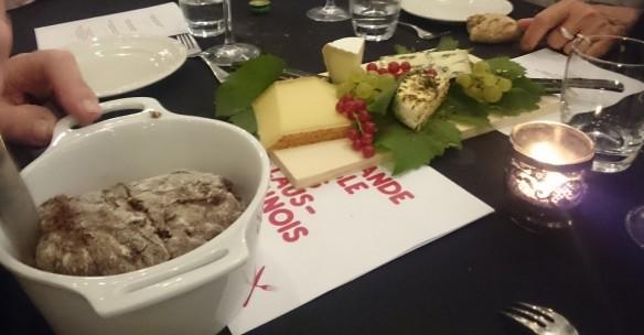 Pain en cocotte et plateau de fromages